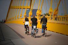 De Tour de France inspireert talloze Nederlanders om ook te gaan 'fietsen'. In steden als Amsterdam, Utrecht en Winschoten werden vandaag talloze mensen op fietsen gezien. Sommige fietsers gebruiken het vervoermiddel zelfs om naar hun werk te gaan. Wie op straat gaat kijken ziet het meteen: de Tour de France werkt aanstekelijk. Duizenden Nederlanders zijn naar aanleiding van de wielerronde [...]