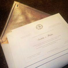 A clutch da S-Cards dá um toque especial nos convites, substituindo o tradicional envelope. Feita em couro, pode ser personalizada e o forro pode vir na mesma cor do monograma. Um luxo! Veja mais: http://yeswedding.com.br/pt/antena-yes/post/um-toque-especial-para-o-convite