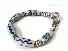 Pulsera con cerámicas chinas y espirales de zamak www.atelier51handmade.com http://www.facebook.com/atelier51.Plasencia