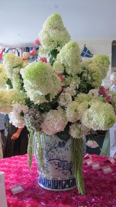 Oakleaf hydrangea with large white heads in blue/white vase