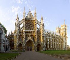Abadía de Westminster se desarrolla en un estilo gótico francés perfectamente imbricado en las características inglesas. Se proyecta como una arquitectura destinada a mostrar el poder de la monarquía inglesa (al igual que Reims era el lugar de coronación de los reyes de Francia).