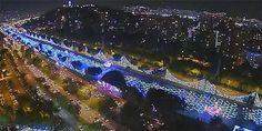La magia de la Navidad comienza a adornar el ya emblemático sendero del río Medellín, entre el puente de Guayaquil y el edificio inteligente de EPM. El dron de EL TIEMPO recorrió las luces de Navidad en Medellín. Conozca el alumbrado 2014-2015.