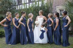 Braut und Brautjungfern in Weiß und Marine Blau