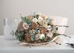Trendy bukett med bl. a. ranunkler og nelliker. Wedding Inspiration, Crown, Flowers, Jewelry, Decor, Fashion, Moda, Corona, Jewlery