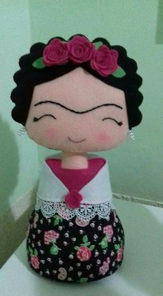 Mother & Daughter Sights: Molde Frida_By Katia Callaça Felt Fabric, Fabric Dolls, Paper Dolls, Felt Crafts, Diy And Crafts, Crafts For Kids, Arts And Crafts, Sewing Toys, Felt Toys