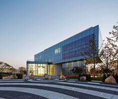 La construcción del diseño ganador de la competencia para un desarrollo de uso mixto de 127,000 m2 ha comenzado. Este servirá como un nuevo centro de ocio y de negocios en el distrito de Daxing en Beijing.