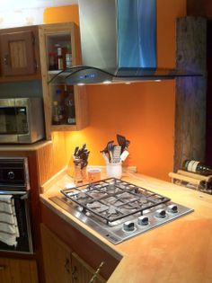 This Cavaliere island #rangehood looks great above this customer's range. Looks like an excellent kitchen setup.
