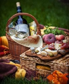 A lovely day in the countryside, drinking wine, eating delicious picnic food and reconnecting with nature Fall Picnic, Picnic Time, Beach Picnic, Summer Picnic, Garden Picnic, Picnic Parties, Spring Summer, Antipasto, Picnic Images