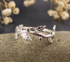 Zarte Sterling Silber Ring wie ein Zweig mit Blättern geformt. Dünn und chic. Sie können es überall tragen.
