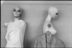 Danigel, Gerd: Zwei Schaufensterpuppen mit Kleiderbügel, 1986.04.23