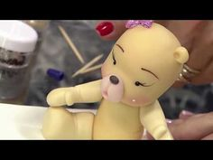 Faça um urso fofinho de biscuit! 19/10/17 - YouTube Sah Biscuit, Polymer Clay Ornaments, Clay Tutorials, Fondant, Biscuits, Youtube, Hello Kitty, Peter Pan, Grande