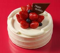 フェリシタシオン 「フェリシタシオン!」とはフランス語で「おめでとう!」の意味。贈りものや誕生日ケーキにふさわしい、シンプルで上品なデザインのデコレーションケーキです。生クリームはオリジナルのクリームを使用。口どけのよさとコクのある生クリームが、ふわふわの生地と相まってほどよい甘さを届けてくれます。チョコレートプレートを添えて、大切な人の特別な日にいかがですか?