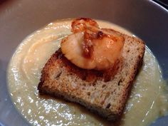 Zuppa di ceci con capasanta su crostino di pane nero - Chi l'avrebbe mai detto che una #zuppa di #ceci si sposasse bene con una #capasanta ?..... Il #crostino di #pane#nero aggiunge una nota croccante al tutto.... Da provare !