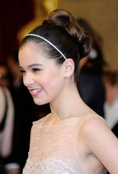 hailee steinfeld small accessories can make a big statement