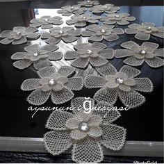 Fotoğraf açıklaması yok. Sewing Projects, Projects To Try, Lisa Bonet, Crochet Diagram, Bed Covers, Diy Flowers, Burlap Wreath, Embroidery Stitches, Elsa