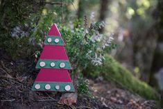 Έλατο ξύλινο με κορδέλα και ξύλινους κορμούς, κόκκινο Christmas Decorations, Christmas Ornaments, Holiday Decor, Home Decor, Decoration Home, Room Decor, Christmas Jewelry, Home Interior Design, Christmas Decor