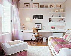 Bancada única com gavetas e armários anexos, prateleiras