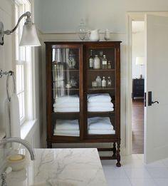 Söndagsdrömmar är badrumsdrömmar och ikväll suktar vi efter vackra vitrinskåp att försvara frotté och skönhetsprodukter i. Underbart skåp som detta lyfter vilket vitt badrum som helst! #christopherburnsinteriors