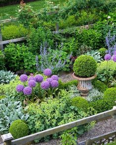 6 Steps to a No-Work Cottage Garden Cottage garden designs bring a classic, soft vibe to your landscape. Create a garden that's big on color but small on labor. Potager Garden, Garden Shrubs, Shade Garden, Herb Garden, Garden Beds, Garden Tools, Boxwood Garden, Roses Garden, Garden Sofa