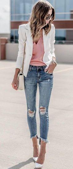 Офисный образ: рваные джинсы с белым пиджаком