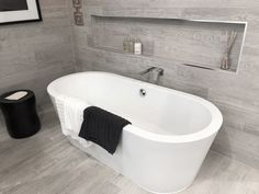 Free standing bath with wall recess and center faucet Standing Bath, Open Living Area, Corner Bathtub, Faucet, Minimalist, Bathroom, Wall, Free, Washroom