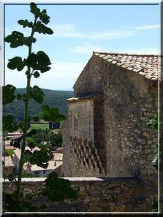 Le département des Alpes de Hautes Provence regorge de petites communes au charme indéniable. Banon possède un autre atout. Cette cité aux médiévales ruelles arbore surtout une entrée fortifiée de toute beauté. Il faut montrer patte blanche pour découvrir ses entrailles.