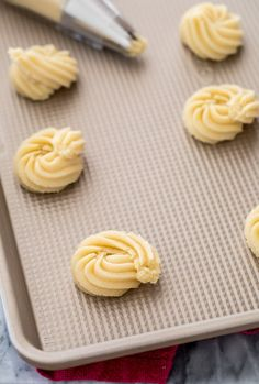 Butter Cookies that are simple to make! Crisp buttery cookies with melt-in-your-mouth centers, these are a great Christmas cookie! Sugar Cookie Recipe Easy, Easy Cookie Recipes, Biscuit Recipe, Sweet Recipes, Buttery Cookies, Almond Cookies, Chocolate Cookies, Yummy Cookies, Holiday Cookies