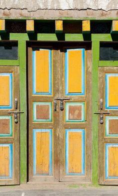 Uma composição em cores claras foi escolhida para decorar esta porta de Lo Manthang, no Nepal.
