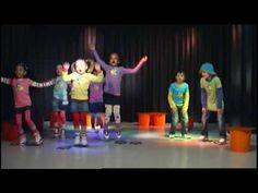 De Dino Dans is een aanstekelijk en speciaal gecomponeerd liedje en dansje voor kinderen. In het dansje zitten precies die bewegingen die goed kunnen zijn vo...