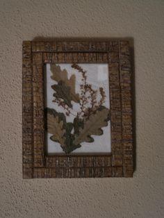 Cuadro rústico de flores secas elaborado con hojas de roble y flores sobre base de papel reciclado blanco