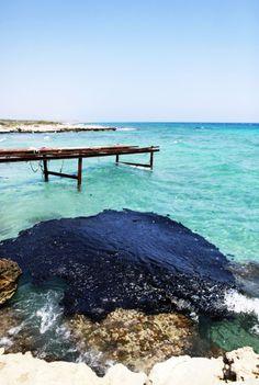 キプロスの北東に延びるカルパス(Karpas)半島で、海水を汚染する油。発電所に油を供給しようとした際に輸送船につながれたパイプラインが破損し、100トンの油が海へ流れ込んだ(2013年7月17日撮影)。(c)AFP/BIROL BEBEK ▼30Mar2014AFP|【特集】世界各地の水質汚染 http://www.afpbb.com/articles/-/3011088 #Water_pollution #Karpas #Cyprus #Oil_spill