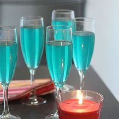 Easy champagne soup – Ingredients of the recipe: 1 bottle of sparkling wine or champagne, 10 cl of lime juice, 10 cl of cane sugar syrup, 20 cl of blue curacao Blue Curacao, Disney Cocktails, Purple Cocktails, Prosecco Cocktails, Irish Cream, Titos Vodka Recipes, Champagne, Wine Bottles, Milkshakes