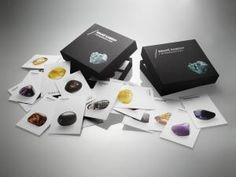120 poznávacích kartiček, které obrazově i textově popisují 120 druhů známých, méně známých i úplně neznámých drahých kamenů. Fotografie na kartičkách zobrazují tromlované kamínky, texty se věnují chemickému složení, lokalitě, původu názvu, způsobu využítí a přináší objevné zajímavosti. Kartičky Vám mohou pomoci kameny určovat, popisovat, můžete je podle nich sbírat a nebo si v nich prostě můžete listovat, stejně jako v dobré knížce...