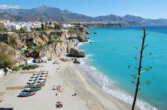 Située dans la province de Malaga en Andalousie, Nerja offre de belles criques à se baigner en toute tranquillité.