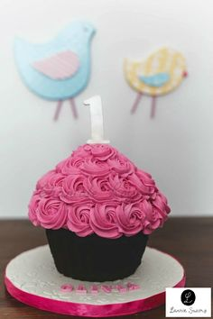Giant cupcake girl one year buttercream rose géant fille 1 an Photographie… 1st Birthday Cake For Girls, Birthday Cupcakes, Birthday Parties, Smash Cake Girl, Girl Cakes, Big Cupcake, Cupcake Cakes, Cupcake Garland, Fete Emma
