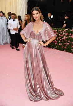 Gisele Bündchen from 2019 met Gala Red Carpet Fashion - Met Gala 2019 Dior Haute Couture, Haute Couture Dresses, Gisele Bundchen, Gala Dresses, Red Carpet Dresses, Traje Black Tie, Dior Gown, Met Gala Red Carpet, Curvy Petite Fashion