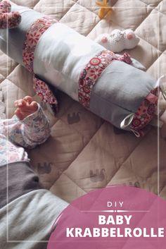 Die selbstgenähte Krabbelrolle für Babys ist eine tolle Idee, um die Bauchlage zu trainieren und zum Spielen & Schmusen.