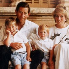 1987: Photocall for a Christmas card. Princess Diana, Prince Charles, Princes William and Harry. This relaxed family photo was taken when the Wales were on vacation with the royal family of Spain in Mallorca. Princess Diana in white, her sweater with a crown design.