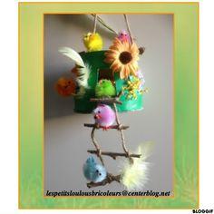 PETIT NID DE PAQUES (2) Panier en bois, paille en carton ondulé, morceaux de branche, corde, fleurs tissu, poussins, plumes, peinture verte...et chocolats !!!