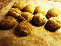 GLUTEENITTOMAT JA VILJATTOMAT SÄMPYLÄT 90g mantelijauhetta 25g kookosjauhoa 45g psylliumia 1tl soodaa tai 2tl leivinjauhetta ½-1tl suolaa 3 isoa munaa 2,5dl vettä kädenlämpöisenä Sekoita kuivat aineet kulhossa sekaisin. Lisää munat samalla sähkövatkaimella vatkaten. Lisää heti perään vesi ja jatka vatkaamista, kunnes taikina muuttuu paksuksi ja muovailtavaksi.aista sämpylöitä 175C noin 25–30 min