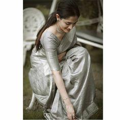 Saree Wearing Styles, Saree Styles, Fancy Blouse Designs, Saree Blouse Designs, Saree Designs Party Wear, Set Saree, Saree Poses, Sari Dress, Saree Trends