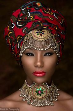 by Lisa of Lisa a la Mode Headwraps aren't new. I'm sure many of us have seen women dressed in traditional African attire, including elaborate and intricately designed headdresses. Today we're seei…