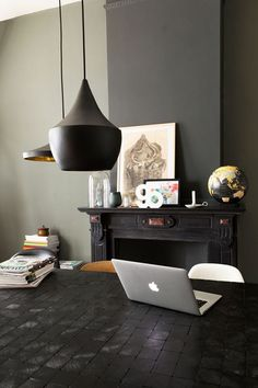 HOME VISIT The Dutch interior magazine VT Wonen is one I really like to read when I get my hands on it. Grey Room, Living Room Grey, Home Living Room, Decoration Gris, Turbulence Deco, Interiors Magazine, Interior Decorating, Interior Design, Dark Walls