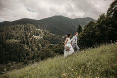 Berghochzeiten 🏔 gehören definitiv zu unseren Lieblingen. So tolle Locations haben wir hier im Land ☺️ Sos langsam lichtet sich auch alles und bald wird klar sein wann und wie Hochzeiten wieder möglich sind 🦠 Auch wenn es sehr schade ist, denke ich werden alle Brautpaare die verschieben mussten trotzdem ein wunderschönes Fest nachholen können 💕 . . . . . . . .  #elopementlove #chasingemotions #couplelove #radcouples #togetherjournal #thatsdarling #bohoinspiration #adventureelopment #fpme… Couple Photos, Couples, Inspiration, Instagram, Amazing, Newlyweds, Nice Asses, Couple Shots, Biblical Inspiration