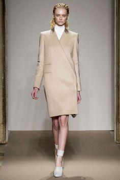 Destaca la esencialidad: sencillez en las prendas, tonos neutros, se eliminan por completo los accesorios.