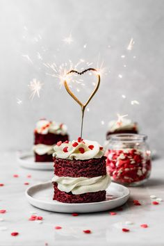 We're only a couple of days away from Valentine's day and there's no better way to celebrate than with these mini red velvet cakes! You know that I love personal desserts and this recipe is very easy and looks absolutely beautiful. Red Velvet Cupcakes, Easy Red Velvet Cake, Red Velvet Cheesecake Cake, Red Velvet Flavor, Raspberry Cheesecake, Oreo Cheesecake, Pumpkin Cheesecake, Mini Cakes, Cupcake Cakes