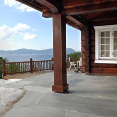 Schist is a classic material that has been part of Norwegian building tradition for 400 years. The terrace on this picture is a great example of how classic materials never run out of style. Pula, Natural Materials, Landscape Architecture, Exterior Design, Slate, Natural Stones, Terrace, Pergola, Outdoor Structures