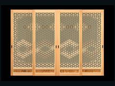 組子で帯の部分の編柄を組み入れた作品。腰の部分には、屋久杉を六角形に細工して作った物を使用しています...
