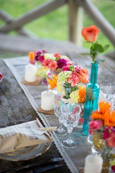 Colourful wedding table Photo: Margaux Clément