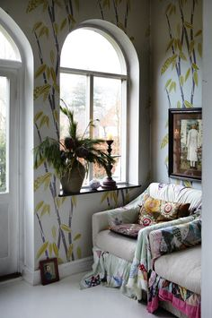 Nicely Decorated Christmas Home Wall Paint Colors, Room Colors, Bohemian Interior, Bohemian Decor, Ventana Windows, Green Painted Walls, Room With Plants, Interior Decorating, Interior Design
